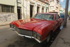 圣克拉拉,古巴, 2017年1月5日:在街道上的红色汽车 典型的古巴旅行成象图片 从古巴的老红色汽车 库存照片