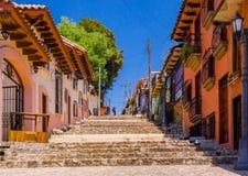 圣克里斯托瓦尔DE LAS卡萨什,墨西哥, 2018年5月, 17日:走到与五颜六色的步的小山的十几岁室外看法在圣 免版税库存照片