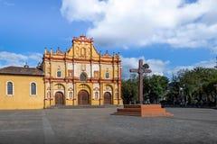 圣克里斯托瓦尔de Las卡萨什大教堂和正方形与跨的圣克里斯托瓦尔de Las卡萨什,恰帕斯州,墨西哥 免版税库存图片