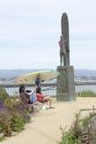 圣克鲁斯,加州- 3月23日: Paddleboarder在冲浪者备忘录附近走 免版税库存图片