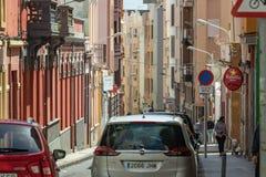 圣克鲁斯,加那利群岛,西班牙- 2018年3月20日 在城市的现代部分的典型的狭窄的街道 长的焦点透镜 免版税库存照片