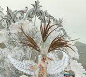 圣克鲁斯,西班牙- 2月12 : 狂欢节女王/王后招呼v 库存照片