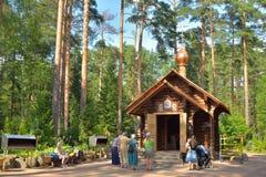 圣六翼天使教堂和教区居民在夏天, Vyrit 免版税图库摄影