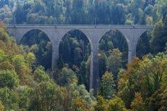圣加连桥梁足迹、山和峰顶使背景,自然环境环境美化 免版税库存照片