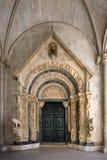 圣劳伦斯湾大教堂门户在特罗吉尔,克罗地亚,正面图 免版税库存照片