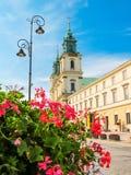 圣十字教堂-巴洛克式的宽容18世纪教会 与华沙市的中央部分的华沙明信片 免版税图库摄影