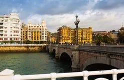 圣卡塔利娜桥梁天视图在Urumea河的 Sant Sebast 免版税库存照片