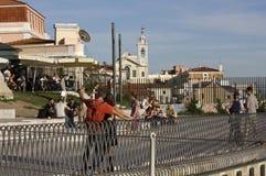 圣卡塔琳娜州mirador大阳台的人们在里斯本 免版税库存图片