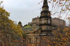 圣卡思伯特` s教会和爱丁堡从Street Garden王子防御 库存图片