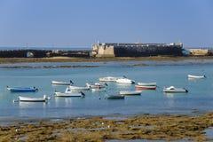 圣卡迪士,西班牙塞巴斯蒂安和海湾城堡  免版税库存图片