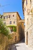 圣吉米尼亚诺、塔和房子中世纪建筑学狭窄的街道的,托斯卡纳 免版税库存照片