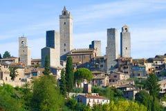 圣吉米尼亚诺中世纪塔在一晴朗的9月天 意大利托斯卡纳 免版税库存照片