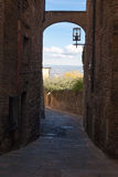 从圣吉米尼亚诺,意大利的狭窄的街道细节 免版税库存图片
