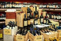 圣吉米尼亚诺,意大利- 2016年11月18日:在商店s的酒瓶 库存照片