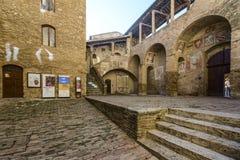 圣吉米尼亚诺,锡耶纳,托斯卡纳,意大利,欧洲,城镇厅的内在庭院 库存照片