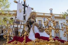 圣周在塞维利亚耶稣在他的母亲的胳膊, Baratillo团体死了  库存图片