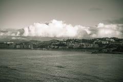圣圣・萨巴斯蒂安,在黑白乌贼属的外耳海湾,巴斯克国家,西班牙都市风景  免版税库存图片