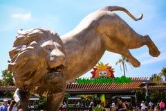 圣地亚哥动物园和新的雕象前面  库存图片