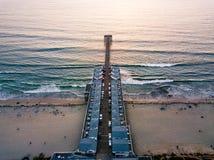 圣地亚哥和平的海滩船坞鸟瞰图 免版税库存图片