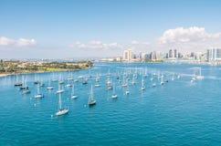 圣地亚哥地平线和江边有帆船的 免版税库存图片