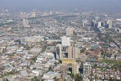 圣地亚哥市的鸟瞰图以从圣克里斯托瓦尔小山的蓝色烟雾,圣地亚哥,智利 库存图片