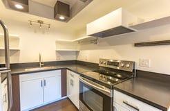 圣地亚哥连栋房屋的现代厨房 免版税图库摄影