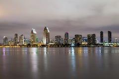 圣地亚哥,加利福尼亚地平线街市在夜之前 库存图片
