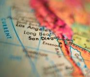 圣地亚哥,加利福尼亚美国集中宏观射击于旅行博克、社会媒介、网横幅和背景的地球地图 免版税库存照片