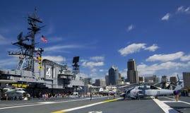 圣地亚哥,加利福尼亚,美国- 2016年3月13日:USS中途在圣地亚哥港口,美国 库存图片