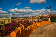 圣地亚哥,古巴:街灯 城市的房子的顶视图,看法和宽容大教堂 免版税库存照片