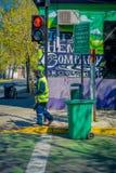 圣地亚哥,智利- 2018年9月17日:的未认出的人穿绿色制服和清扫街道的室外观点 免版税库存照片