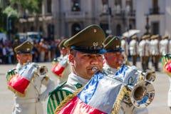 圣地亚哥,智利- 11月5:弹喇叭的Canabineros在仪式改变卫兵在帕拉西奥de la莫内达在桑蒂 图库摄影