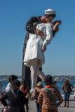 圣地亚哥,美国- 2015年11月14日-采取selfie的人们在水手和护士,当亲吻雕象圣迭戈时 免版税库存照片
