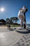 圣地亚哥,美国- 2015年11月14日-采取selfie的人们在水手和护士,当亲吻雕象圣迭戈时 免版税库存图片