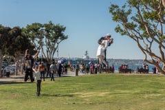 圣地亚哥,美国- 2015年11月14日-采取selfie的人们在水手和护士,当亲吻雕象圣迭戈时 库存照片
