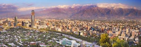 圣地亚哥从塞罗圣克里斯托瓦尔的de智利地平线  库存图片