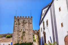 圣地佩德罗教会塔楼城堡围住Obidos葡萄牙 免版税库存照片