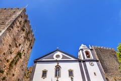 圣地佩德罗教堂钟塔城堡围住Obidos葡萄牙 库存图片