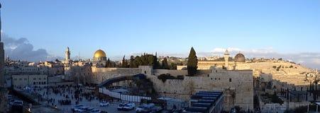 圣地的全景有橄榄山,阿克萨清真寺和圣殿山的 免版税库存照片