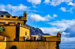 圣地蒂亚戈城堡在丰沙尔在一美好的天,马德拉岛,葡萄牙 免版税库存图片