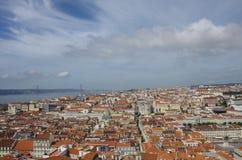 从圣地豪尔赫城堡的里斯本地平线下午 库存图片