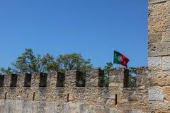 圣地豪尔赫城堡:外在墙壁和葡萄牙旗子 免版税库存照片