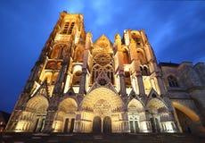 圣埃蒂尼大教堂在布尔日在蓝色小时 免版税库存图片