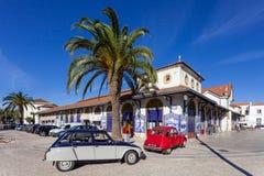 圣塔伦农夫市场有两辆经典欧洲汽车的 免版税图库摄影