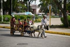 圣塔克拉拉,古巴,2018年8月18日:Billi山羊拉扯在圣塔克拉拉街道上的无盖货车  库存照片