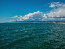 圣塔蒙尼卡与云彩和海洋的海岸线定期流逝 影视素材