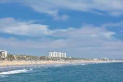 圣塔蒙尼卡从码头的海滩视图 库存照片