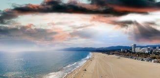 圣塔蒙尼卡海滩全景鸟瞰图在日落,加州的 免版税库存图片