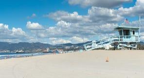圣塔蒙尼卡海滩救护设备监视耸立和在dista的码头 免版税库存图片