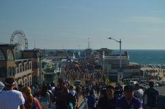 圣塔蒙尼卡码头拥挤了与的人7月4日 2017年7月04日 旅行建筑学假日 库存照片